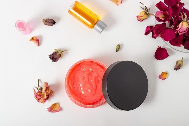 Pot cosmetische bodyscrub met rozenblaadjes. natuurlijke cosmetica. huiscosmetica