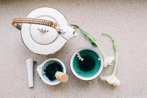 Pot en blauwe thee