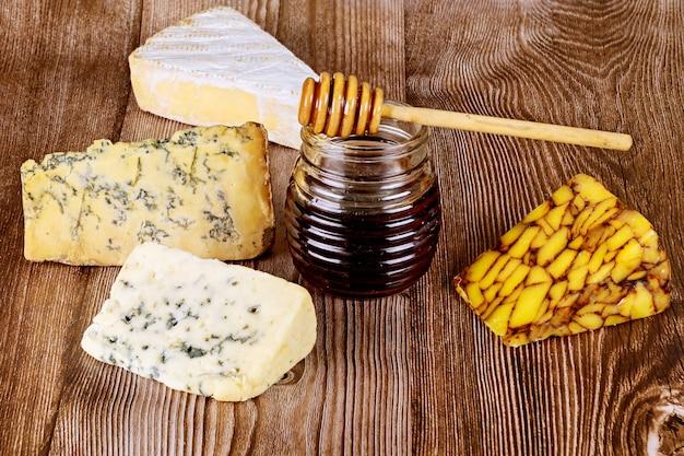 Pot honing en verschillende soorten kaas