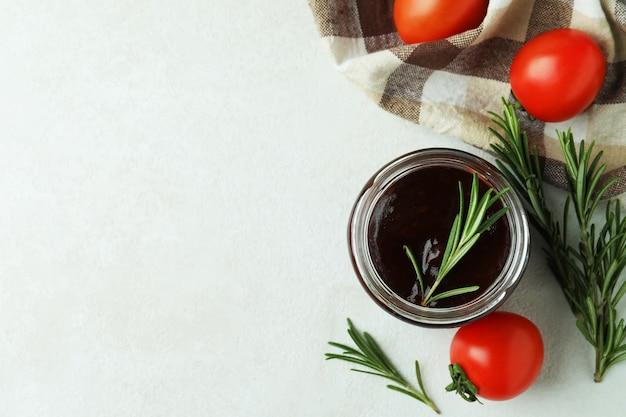 Pot met barbecuesaus, rozemarijntomaten en keukenpapier