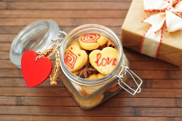 Pot met koekjes in de vorm van harten