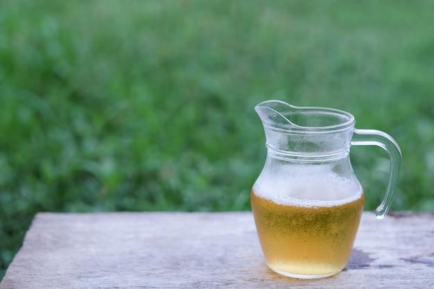 Pot met koud bier om in ontspannende tijd te drinken