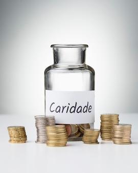 Pot met munten en stapels spaargeld