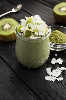 Pot met pudding met chia en kiwi
