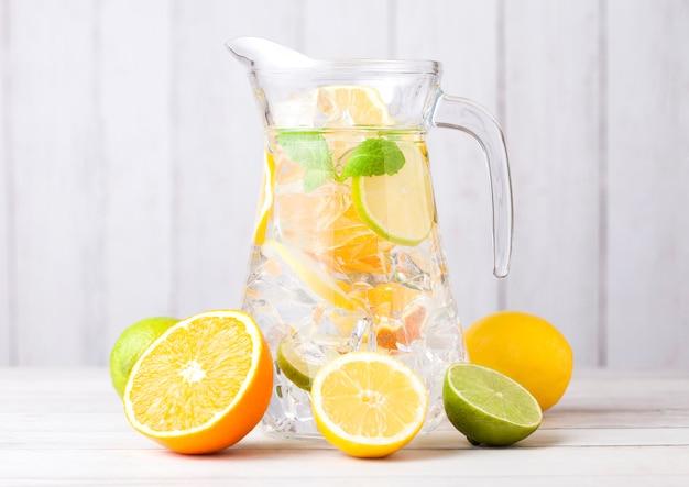 Pot met sinaasappelen met limoenen en plakjes citroenen