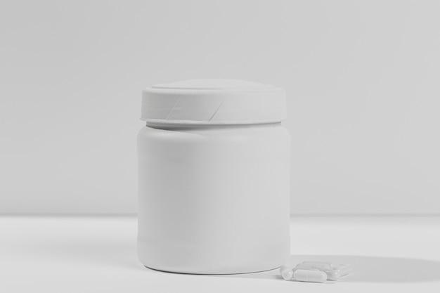Pot met supplementen voor sportschool op bureau