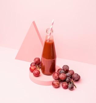 Pot met verse smoothieof druiven