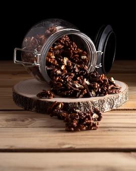 Pot met walnoten op een houten bord