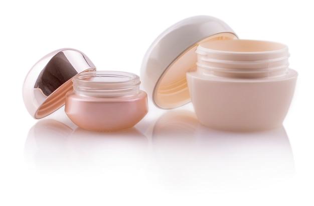 Pot of verpakking voor cosmetisch product met dop geïsoleerd op een witte achtergrond