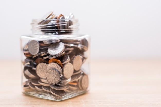 Pot vol munten. financiën concept opslaan.