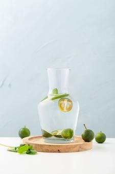 Pot water met limoenen (lemmetjes)
