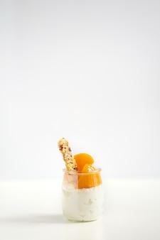 Pot yoghurt of wrongel met granola en ingeblikte abrikozen