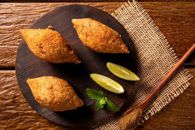 Potato kibbeh - gehakt uit het midden-oosten en gefrituurde snack van bulgur tarwe gemaakt met aardappel. ook populair feestgerecht in brazilië (kibe).