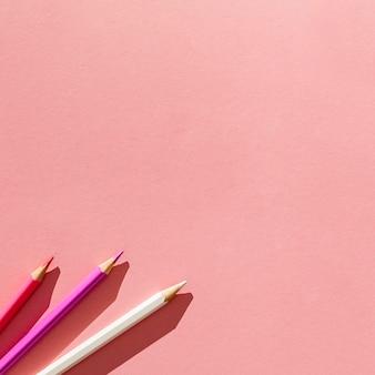 Potloden bij de roze regeling als achtergrond