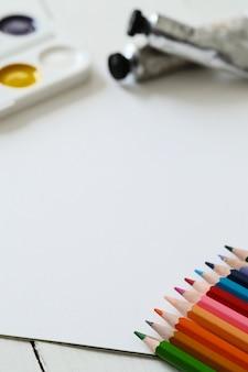 Potloden en aquarellen, bovenaanzicht achtergrond