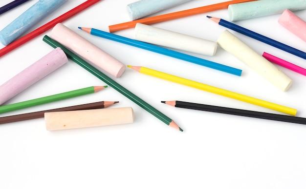 Potloden en kleurpotloden tekenen op een witte achtergrond.