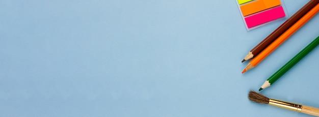 Potloden en notities op een lichtblauwe achtergrond.