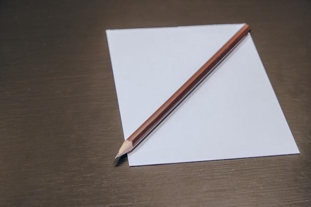 Potloden en papier op een bureau