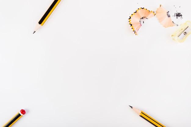 Potloden en puntenslijper met krullen