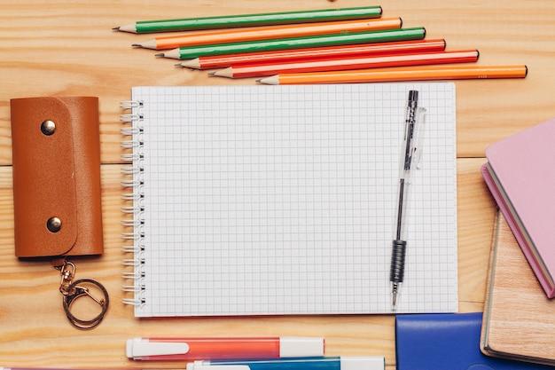 Potloden markeringen blocnotes briefpapier brillenkoker bovenaanzicht. hoge kwaliteit foto