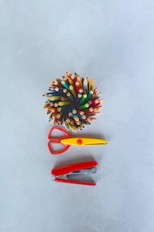 Potloden, schaar en nietmachine