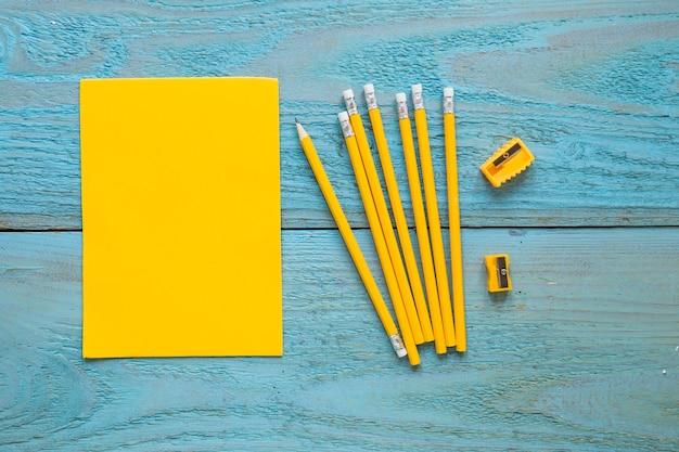 Potloden schrijven in de buurt van stuk papier