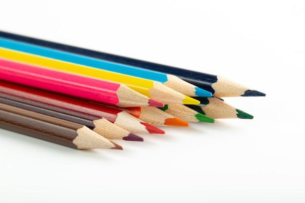 Potloden voor het tekenen van heldere kleurrijke bekleed op wit