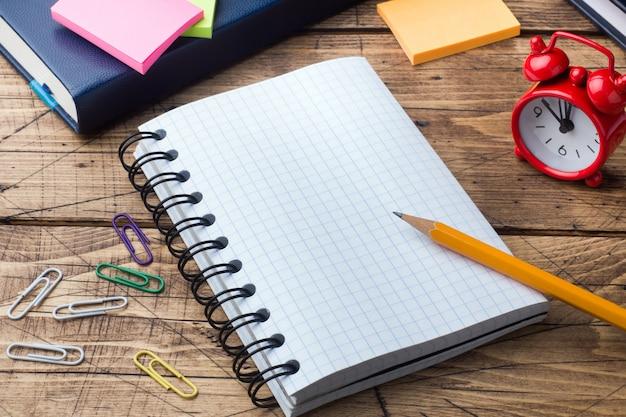 Potlood en blocnote met spiraal op houten geweven lijstconceptenbureau en school. selectieve aandacht. ruimte kopiëren.