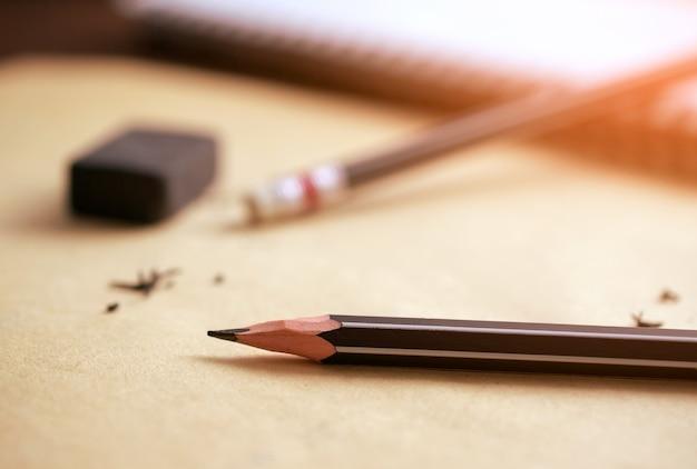 Potlood en gum op bruin papier fout, risico, wissen concept.