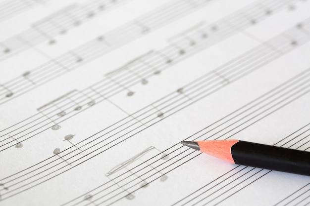 Potlood en muziekblad