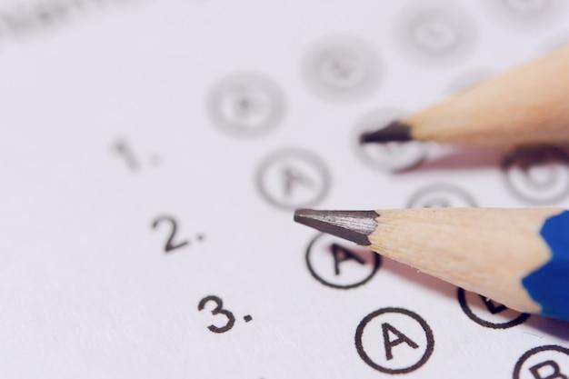 Potlood op antwoordbladen of gestandaardiseerd testformulier met geborrelde antwoorden