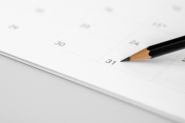 Potlood wijst naar de 31 in de kalender.