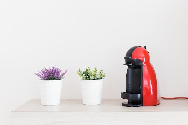 Potplanten in de buurt van een koffiezetapparaat