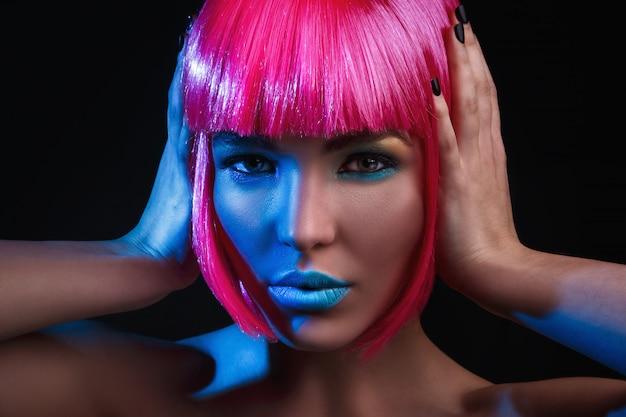 Potrait van jonge vrouw met roze haar