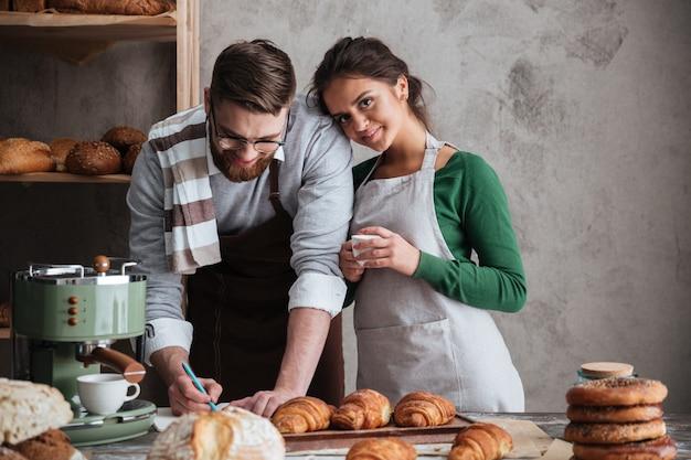 Potrait van schattige familie in de keuken