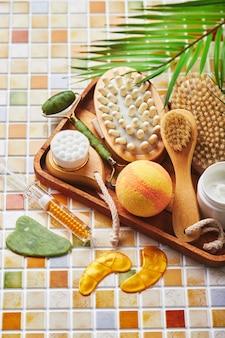 Potten crème voor gezichts- en lichaamsverzorging gouden ooglapjes en serum met gouden jade roller stimulator gausha en stimulator en lichaamsborstel