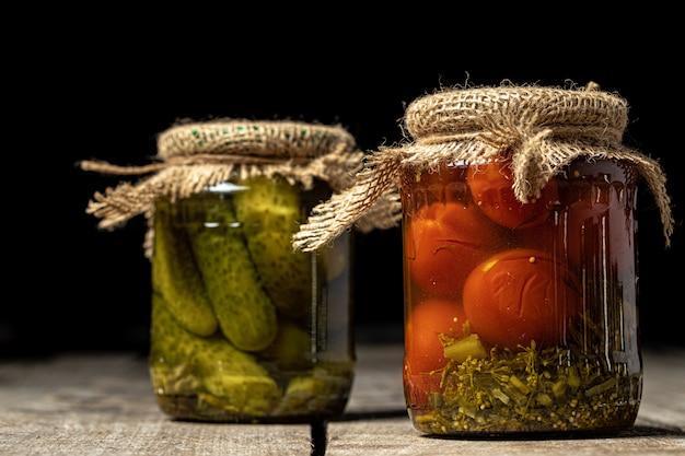 Potten met diverse ingemaakte groenten.