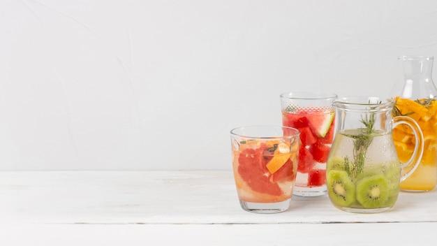 Potten met dranken met citrussmaak