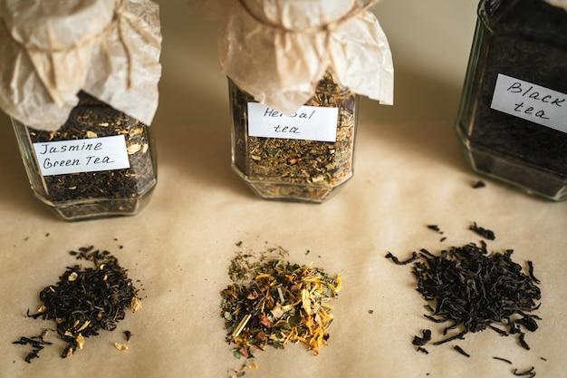 Potten met drie soorten thee op tafel