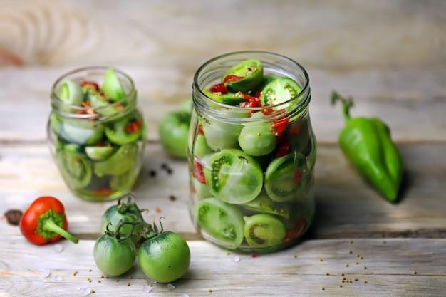 Potten met gefermenteerde groene tomaten.