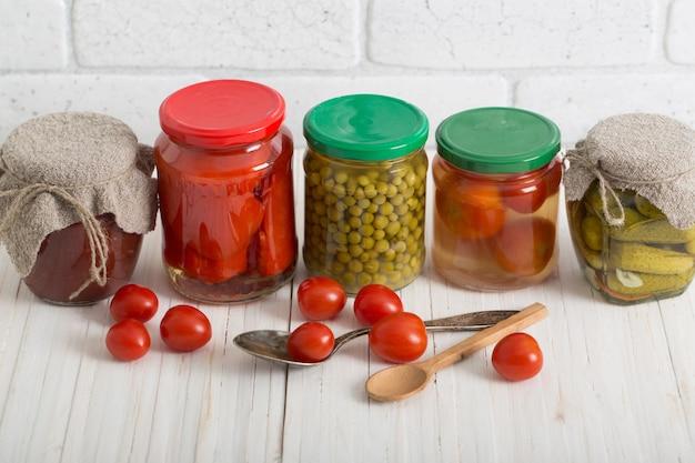 Potten met groenten in het zuur op witte lijst