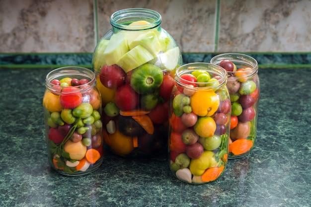 Potten met ingemaakte groenten. traditioneel gemarineerd eten Premium Foto
