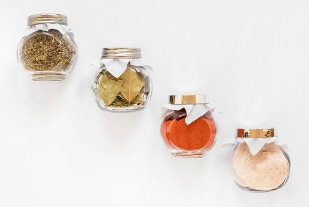 Potten met kruiden arrangement bovenaanzicht