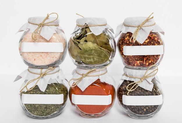 Potten met kruiden en specerijen