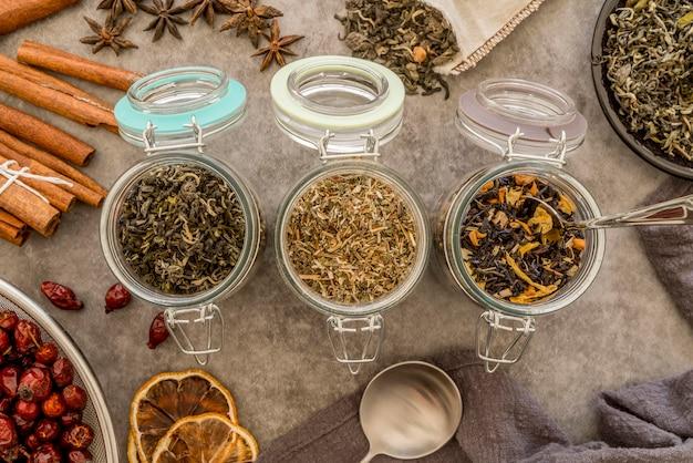Potten met kruiden voor thee