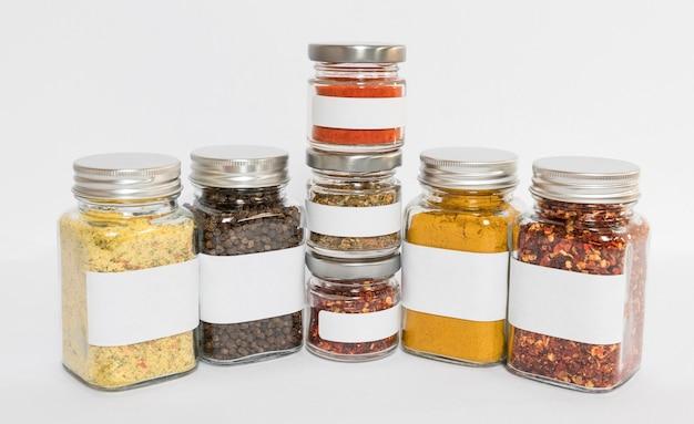 Potten met samenstelling van specerijen en kruiden