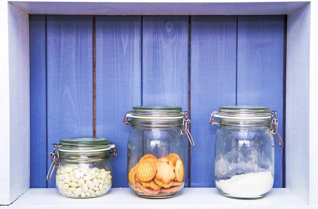 Potten met snoep op de keuken plank