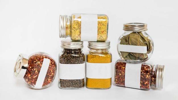 Potten van verschillende grootte met specerijen en kruiden