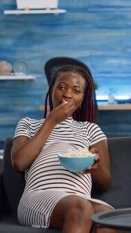 Pov van afro-amerikaanse ouders die op de bank zitten