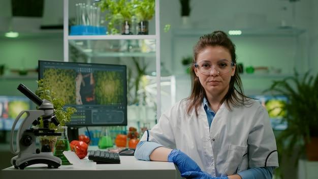 Pov van bioloog onderzoeker vrouw met medische apparatuur